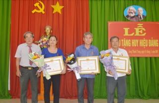 Hòa Thành trao huy hiệu 40 và 30 năm tuổi Đảng