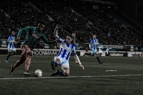 Văn Hậu ngồi trên khán đài nhìn đồng đội thua 1-3 trước Ajax