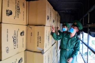 Bắt vụ vận chuyển trái phép trên 500.000 khẩu trang y tế qua biên giới