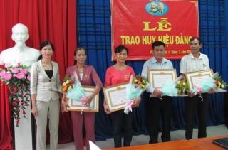 Thành ủy Tây Ninh trao huy hiệu Đảng cho 4 đảng viên ở phường 1