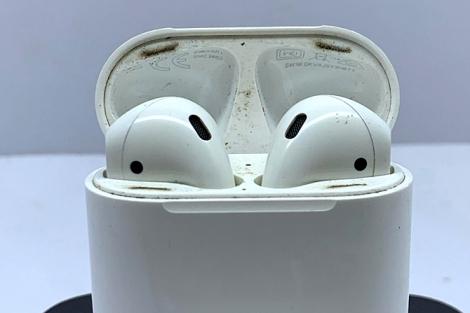 Tai nghe Airpods cũ bẩn và dễ hỏng
