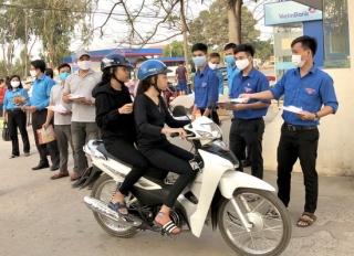 Hòa Thành: Tặng khẩu trang vải cho công nhân