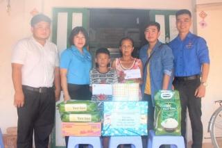 Trao tiền bạn đọc hỗ trợ em Hồ Văn Lúa