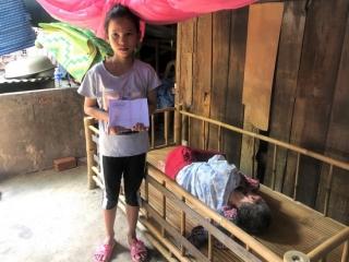 Trao tiền bạn đọc ủng hộ cho bà Nguyễn Thị Mỹ Song