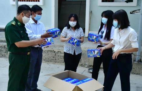 Biên phòng bàn giao trên 69.000 khẩu trang y tế đã bắt giữ cho cơ quan chức năng