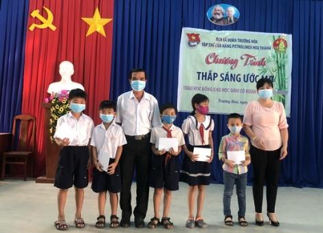 Trao học bổng cho học sinh xã Trường Hoà