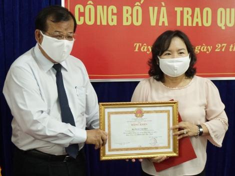 Trao quyết định nghỉ hưu cho Phó Chủ tịch HĐND tỉnh Phan Thị Điệp