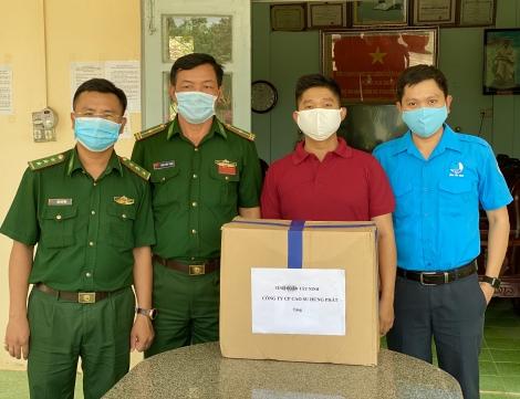Tỉnh đoàn Tây Ninh: Tặng khẩu trang cho cán bộ, chiến sĩ biên phòng