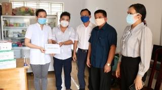 LĐLĐ tỉnh tặng quà cho nhân viên y tế tại các khu cách ly huyện Gò Dầu
