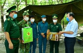 Trưởng ban Nội chính thăm, tặng quà các chốt dã chiến tăng cường phòng, chống dịch cúm