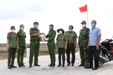 Thăm, động viên lực lượng các chốt chặn phòng chống dịch bệnh Covid-19 ở Bến Cầu