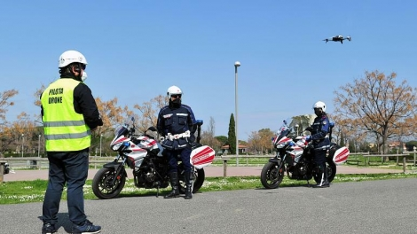 Cảnh sát Italy dùng drone tìm người trốn cách ly