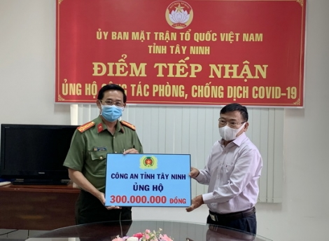 Công an Tây Ninh ủng hộ 300 triệu đồng phòng chống dịch bệnh Covid-19