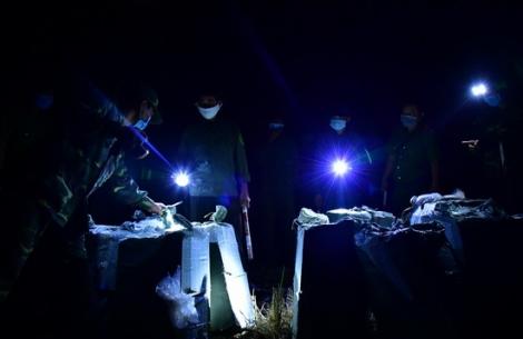 Chốt dã chiến trên biên giới bắt giữ vụ vận chuyển gần 10.000 gói thuốc lá ngoại nhập