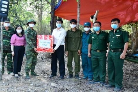 Phó Bí thư Thường trực Tỉnh uỷ thăm, tặng quà các chốt dã chiến trên biên giới Tân Châu và Tân Biên