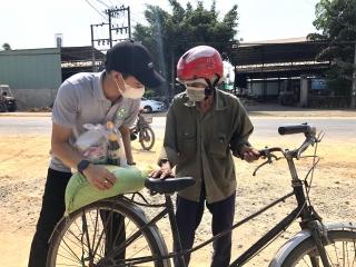 Cơ sở sản xuất bánh tráng Tân Nhiên tặng quà cho người bán vé số có hoàn cảnh khó khăn