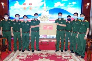 Bộ Tư lệnh TP.HCM tặng vật chất thiết bị y tế cho Sư đoàn 5
