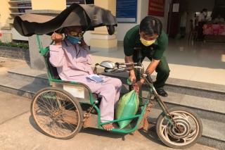 Thị trấn Dương Minh Châu: Tặng quà cho người bán vé số nghèo