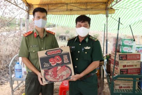 Công an Tây Ninh thăm, tặng quà các chốt chặn đã chiến trên biên giới