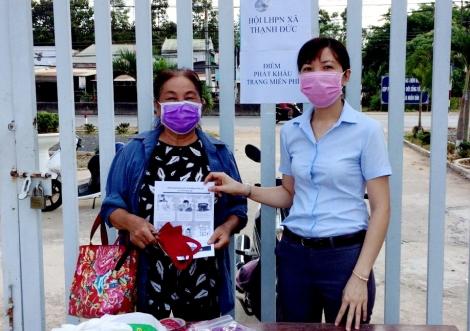 Hội Liên hiệp Phụ nữ Gò Dầu cấp phát khẩu trang miễn phí.