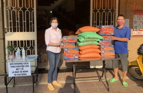 Đại lý vé số Vĩnh Phúc – Hải Trang tặng quà cho người bán vé số