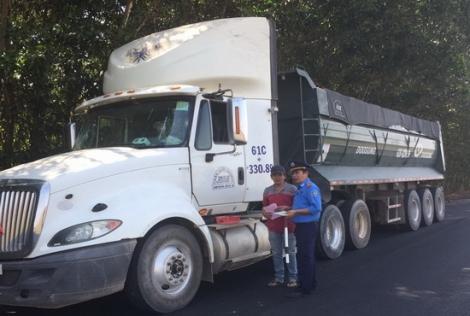 Tiếp tục xử lý nghiêm các trường hợp xe chở hàng quá tải trọng tham gia giao thông