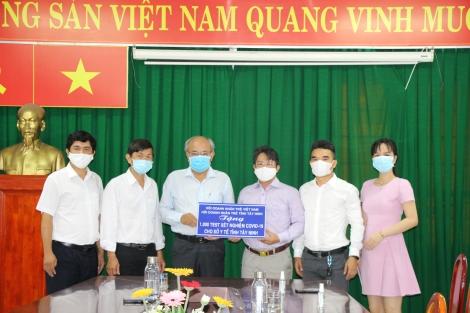 Trao tặng 1.000 bộ Kit xét nghiệm SARS-CoV-2 cho Sở Y tế
