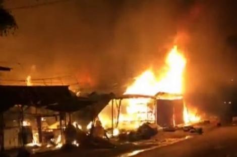 Cháy 4 sạp tạm trong khu đất Bến xe Tân Châu cũ