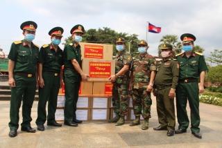 Quân khu 7 tặng vật chất, dụng cụ y tế cho các đơn vị quân đội Hoàng gia Campuchia