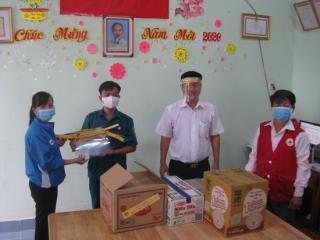 Tân Biên thăm, trao tặng quà các đơn vị lực lực vũ trang làm nhiệm vụ phòng chống dịch bệnh Covid-19.