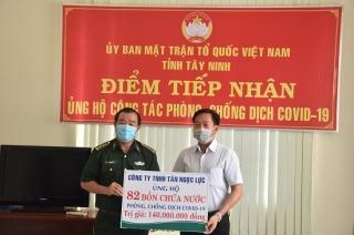 Trao tặng 82 bồn chứa nước cho các chốt dã chiến phòng, chống dịch