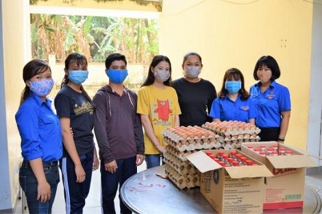 Tặng quà cho du học sinh Campuchia mùa dịch Covid-19