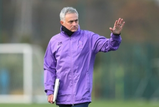 HLV Mourinho bị 'ném đá' vì tổ chức tập luyện giữa mùa dịch