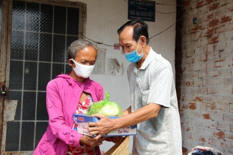 Trao quà cho các hộ gia đình khó khăn tại Hòa Thành