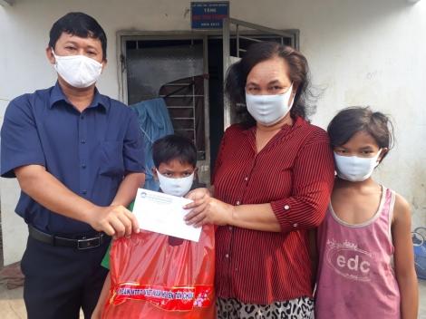 Tặng quà cho đồng bào dân tộc nghèo nhân tết Chol Chnam Thmay