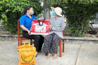 Chi đoàn Đài PTTH Tây Ninh tặng quà cho người nghèo xã Thái Bình