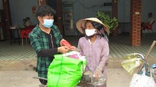 Chung tay hỗ trợ người nghèo trong mùa dịch Covid- 19