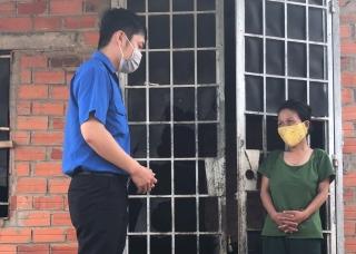 Chi đoàn Co.opmart Châu Thành trao quà cho người bán vé số