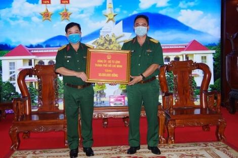 Bộ Tư lệnh TP.Hồ Chí Minh tặng quà cho Sư đoàn 5