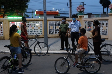 Ra quân xử phạt người không đeo khẩu trang nơi công cộng