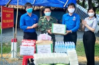 Thành đoàn Tây Ninh thăm, tặng quà lực lượng chống dịch Covid-19 trên tuyến biên giới