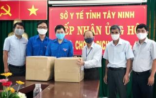 Tỉnh đoàn Tây Ninh trao tặng 200 bộ trang phục bảo hộ cho Sở Y tế Tây Ninh