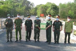 Bộ CHQS tỉnh thăm, tặng quà các chốt kiểm dịch tuyến biên giới huyện Tân Biên