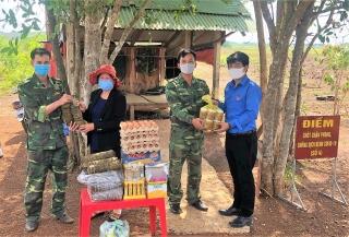 Tặng 280 đòn bánh tét cho các chốt chặn tại Tân Biên, Tân Châu