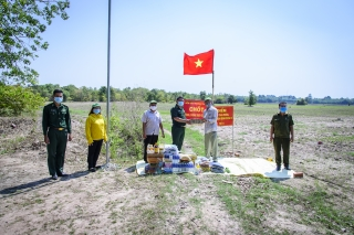 Tân Châu: Thăm, tặng quà các điểm chốt chặn phòng chống dịch Covid-19 trên biên giới