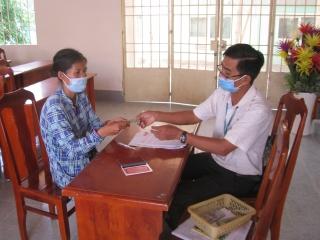 Thị trấn Tân Biên trao tiền hỗ trợ người bán vé số dạo