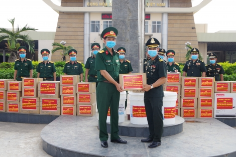 Sư đoàn 5: Tặng thiết bị y tế cho Quân đội Hoàng gia Campuchia