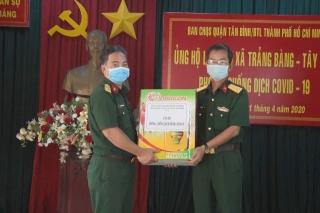 Ban CHQS quận Tân Bình ủng hộ vật tư y tế cho thị xã Trảng Bàng