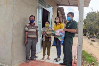 Đồn BP Phước chỉ: Trao quà cho người dân bị ảnh hưởng bởi dịch bệnh Covid - 19