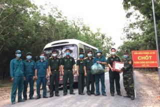 Khối đoàn, hội cơ quan Bộ CHQS tỉnh và đoàn cơ sở quân sự Tân Biên tặng quà cho 25 chốt trên biên giới